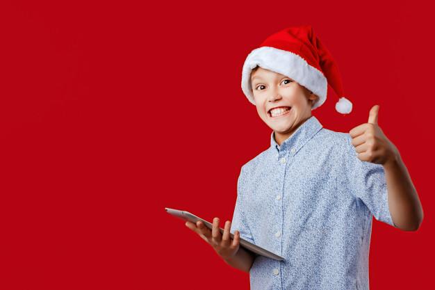 chłopiec z czapką św. mikołaja